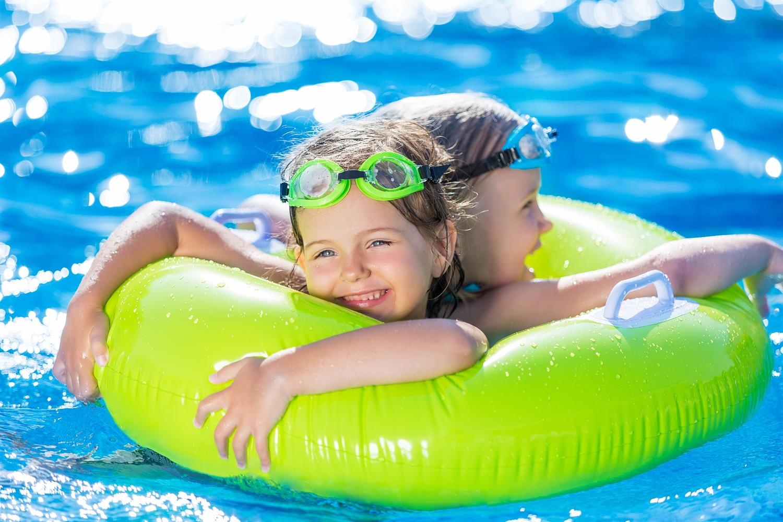 babyschwimmen schwimmbad und meer